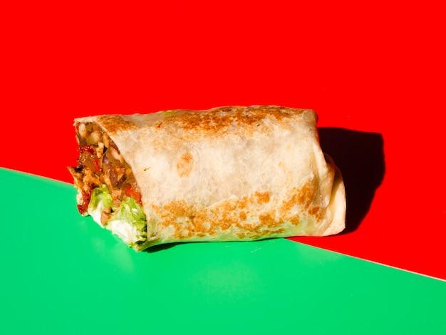 肉と野菜の正面メキシコのタコス