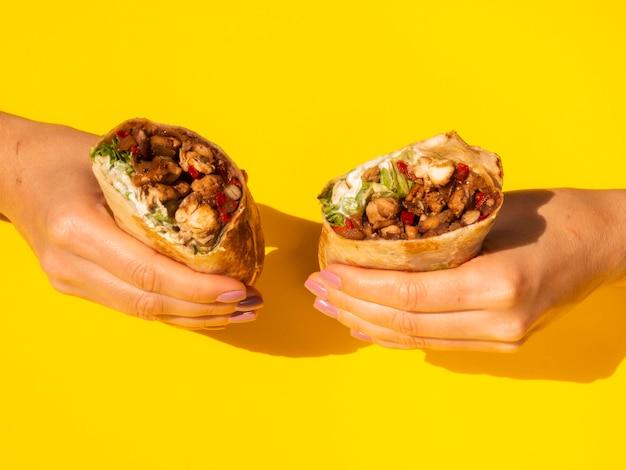 Женщина конца-вверх держа традиционную мексиканскую еду
