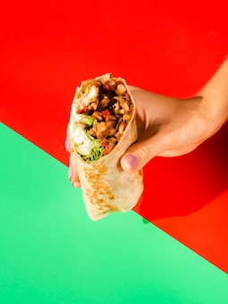 伝統的なメキシコ料理を保持しているクローズアップの人