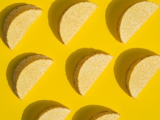 黄色の背景にタコスとトップビューの配置
