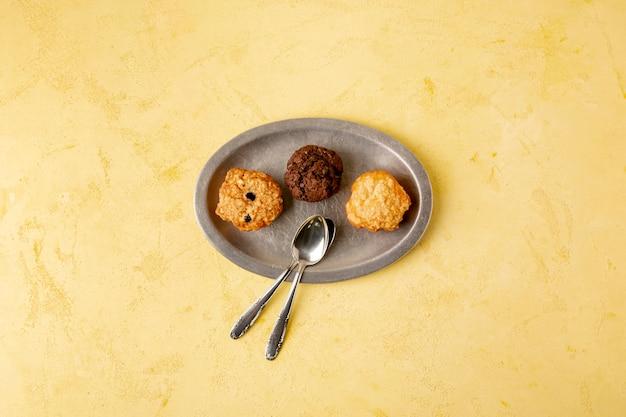 クッキーと黄色の背景のトップビューの装飾