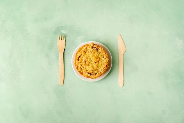 Выше вид договоренности с едой на зеленом фоне