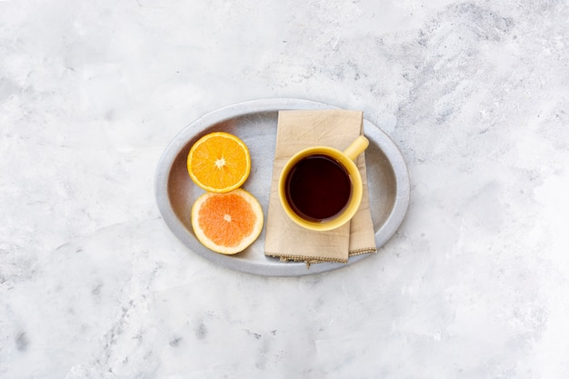 飲み物とオレンジスライスのフラットレイアウト