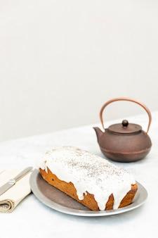 おいしいケーキと古いティーポットのハイアングルの品揃え