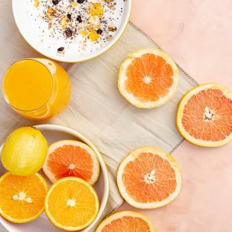 健康的なオレンジジュースとフラットレイアウト装飾