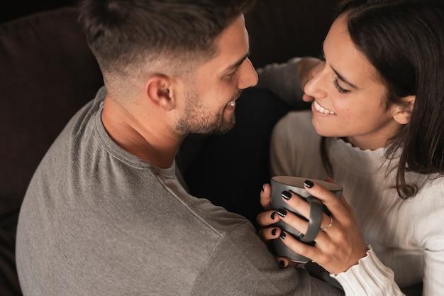 若いカップルと甘いコーヒータイム