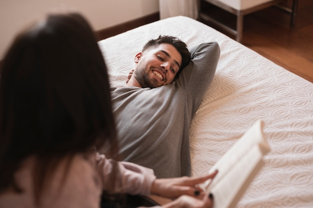 本を笑って幸せな男