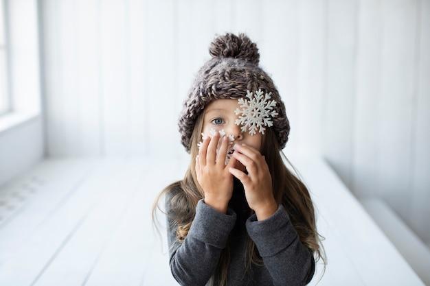 かわいい女の子のウィットの冬の帽子の肖像画