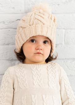 Очаровательная маленькая девочка зимой одета