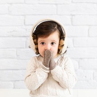 Милая маленькая девочка закрыла лицо
