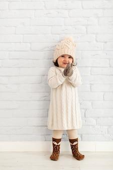 Хорошенькая девочка позирует моды