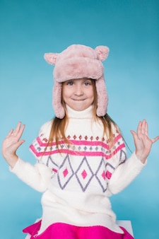 Зимой одетая милая маленькая девочка
