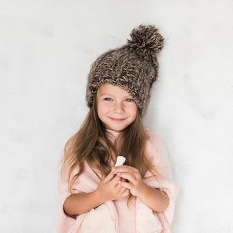 冬服を着た美しい少女の肖像画