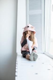 ピンクのプルオーバーを着ている少女の肖像画