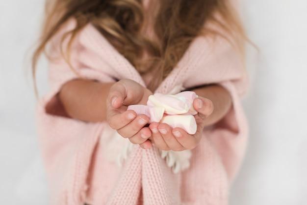 お菓子を提供するかわいい小さな手