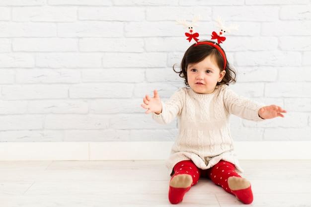Портрет любопытно маленькая девочка, глядя в сторону