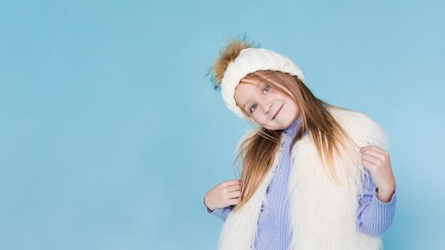 Стильная маленькая девочка позирует моды