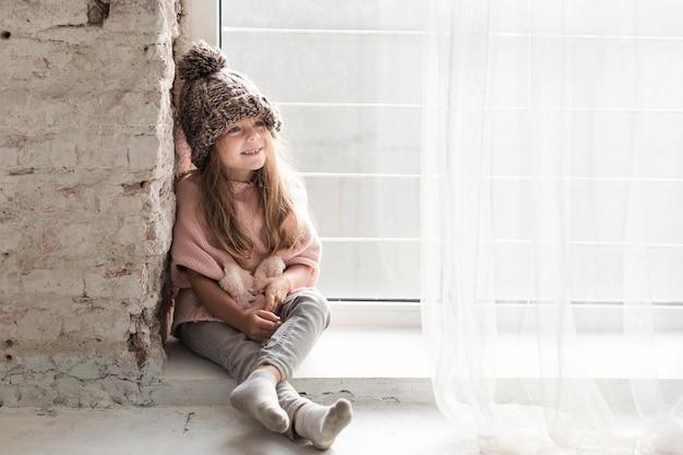 Стильная маленькая девочка смотрит в сторону