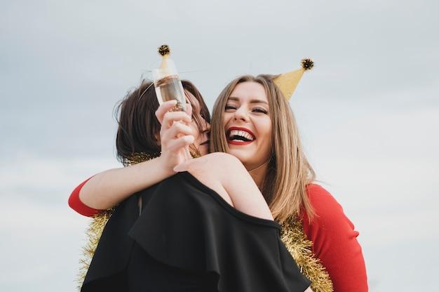 Красивые женщины веселятся на вечеринке