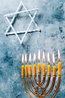 燃える伝統的なユダヤ人のろうそくの明かり