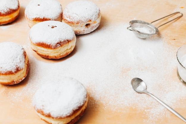 Крупный план еврейских пончиков на столе