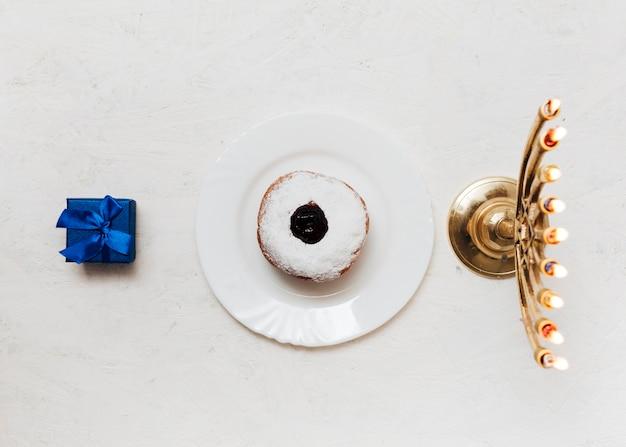 トップビューのキャンドルホルダーとお菓子