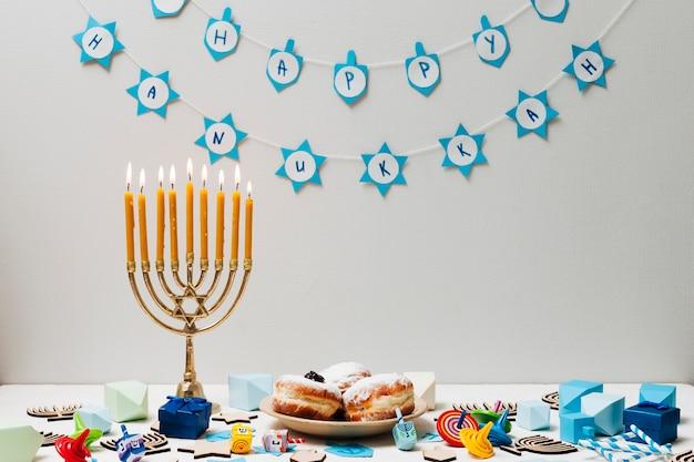 テーブルの上の伝統的なユダヤ人のキャンドルホルダー