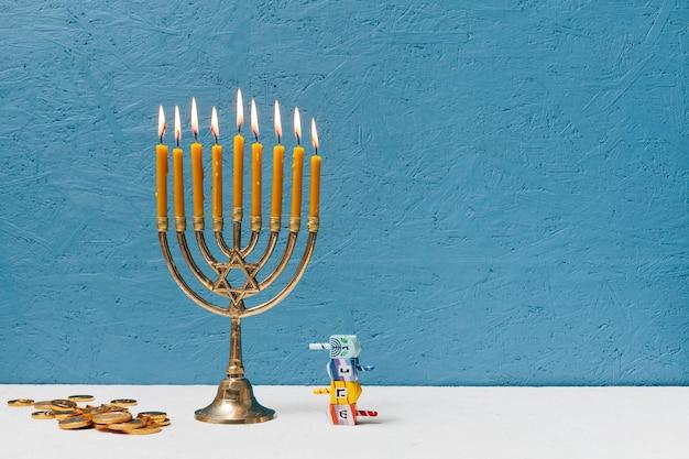 燃えるヘブライ語のローソク足ホルダー
