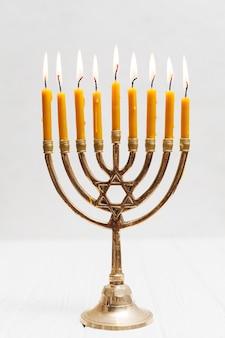 キャンドルと伝統的なユダヤ人の本枝の燭台