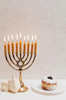 伝統的なユダヤ人のキャンドルホルダー燃焼