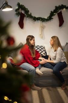 Мать и дочь на диване