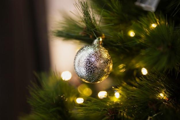 クローズアップ明るいクリスマスボール