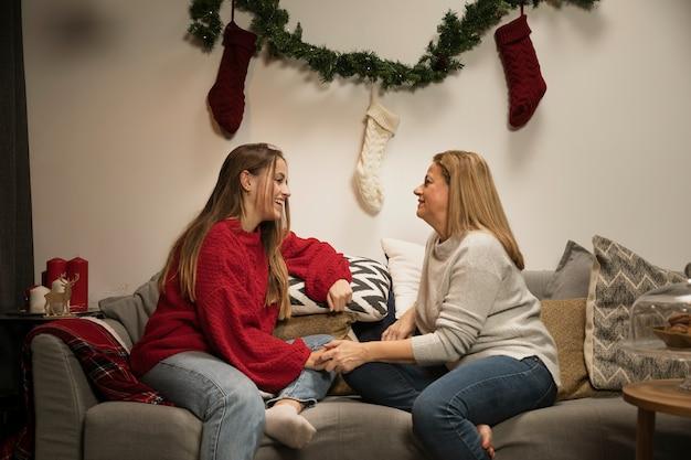 Вид спереди матери и дочери склеивания