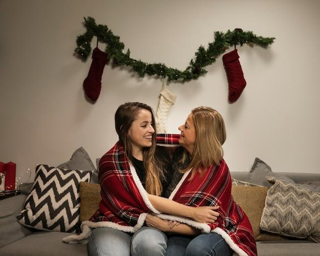 Мать и дочь улыбаются друг другу