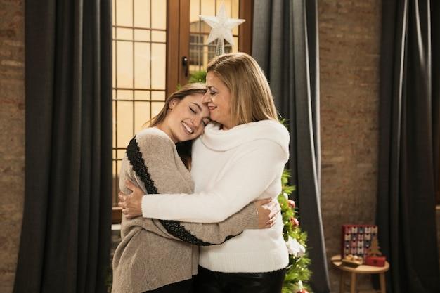 Очаровательная мама обнимает дочь