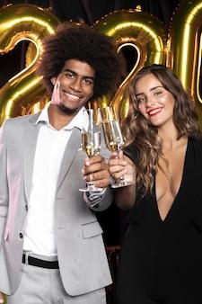 笑顔とシャンパンのグラスを持っている人