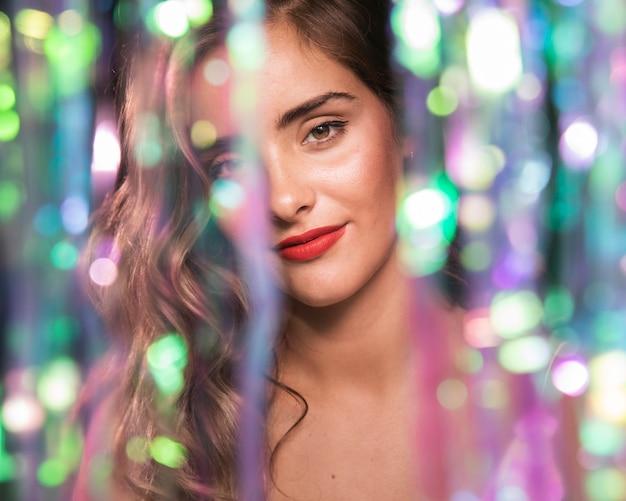 Вид спереди портрет девушки и эффект размытых блесток