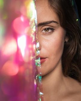 Крупным планом женщина с карими глазами и расфокусированные элементы