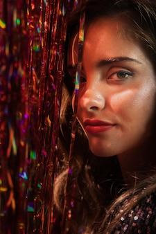 茶色の目と長い髪のクローズアップを持つ女性