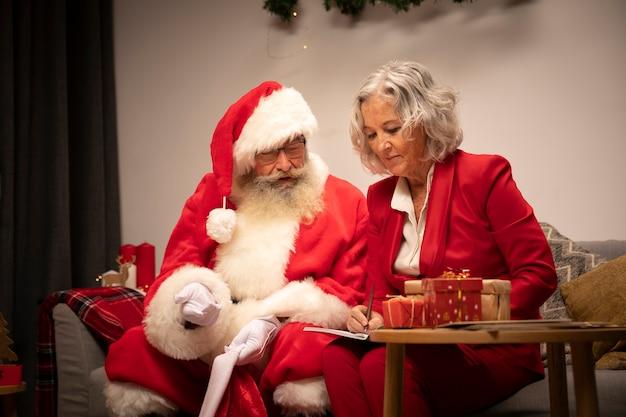 Пожилая пара празднует рождество