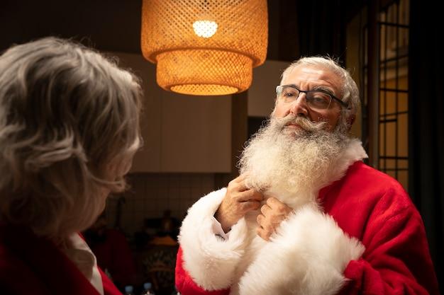 Старший санта-клаус с бородой