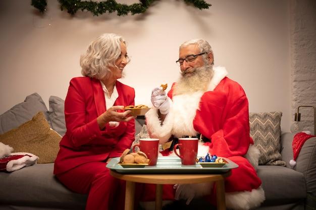 Пожилая пара вместе на рождество