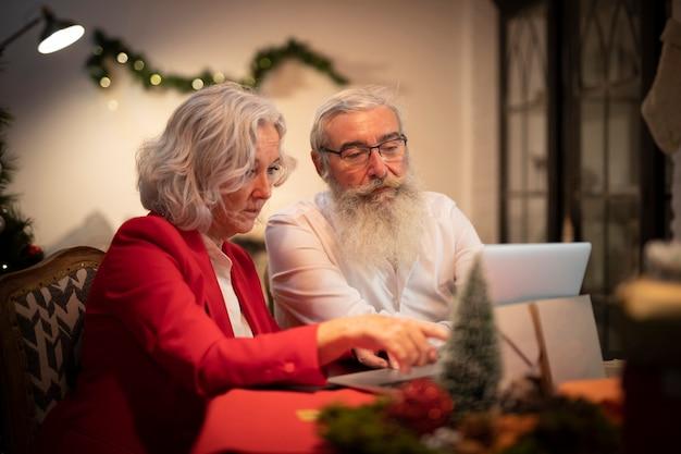 クリスマスに一緒に年配のカップル