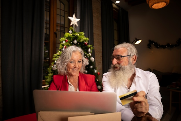 年配の男性と女性のオンラインショッピング