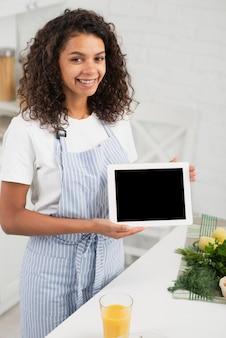 モックアップの写真を保持している美しい女性