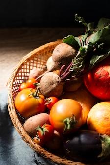 Корзина с редиской и незрелыми помидорами