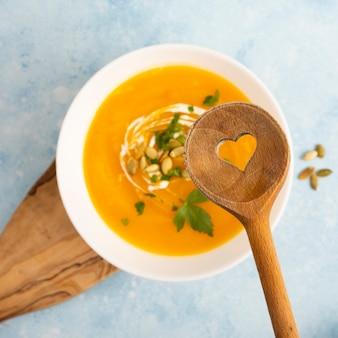 おいしいスープの上に木のスプーン