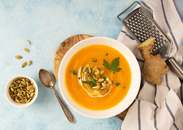 Вид сверху крем-суп из терки и семян