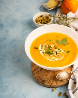 スープと料理の芸術的な配置