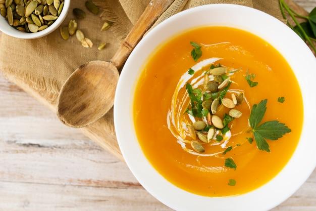 Крем-суп крупным планом и деревянной ложкой